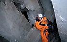 eskyně byly objeveny horníky při provrtávání poruchy, která hrozila zaplavením dolu.
