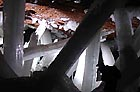 Zatímco důlní společnost momentálně povoluje návštěvu jeskyní pouze vědeckým expertům, lovci minerálů od prvního otevření loni v dubnu už dvakrát rozlámali zámky a vloupali se do jeskyní. Jeden člověk byl zabit, když se pokoušel odseknout jeden z obrovských krystalů ze stropu jeskyně a ten spadl a propíchl ho.